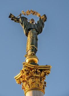 Kijów, ukraina 07.11.2020. pomnik niepodległości na maidan nazalezhnosti w kijowie na ukrainie, w słoneczny letni poranek