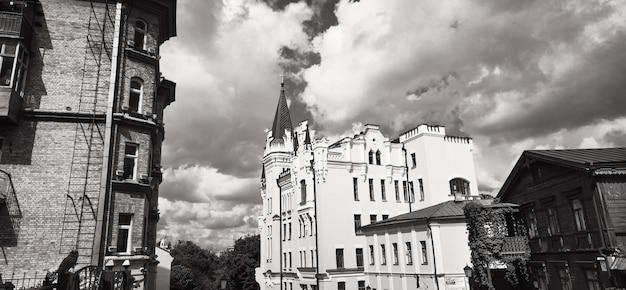 Kijów, ukraina - 11 maja 2019: zejście andreevsky'ego to słynne historyczne ulice kijowa. zejście andriejewskiego to jedna ze starożytnych dróg od placu kontraktowa do ulic desyatinnaya i vladimirskaya
