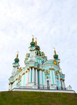 Kijów, ukraina - 12 października 2019: kościół św. andrzeja w kijowie. piękne zdjęcie.