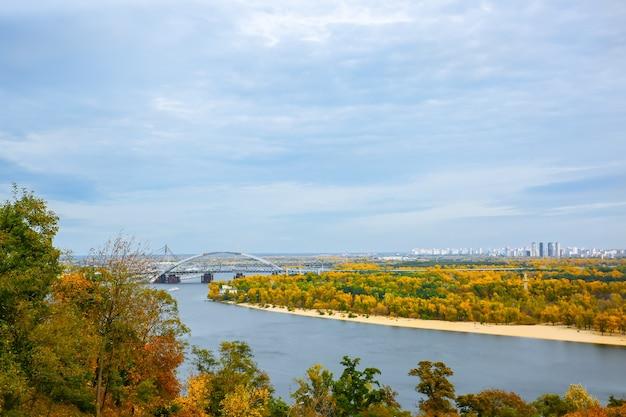 Kijów, ukraina - 12 października 2019: widok z mostu w kijowie na wyspie truchanów. jesienna stolica ukrainy. krajobraz miasta z rzeką dniepr.
