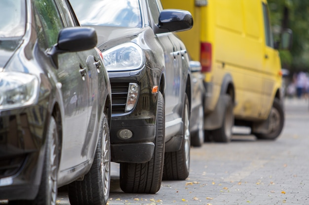 Kijów, ukraina - 14 października 2019: rząd samochodów zaparkowanych w pobliżu krawężnika na stronie ulicy na parkingu.