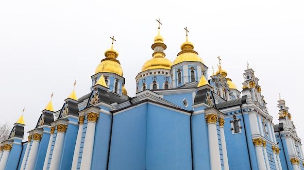 Kijów, ukraina - 15 listopada 2019: widok na klasztor św. michała ze złotą kopułą w kijowie