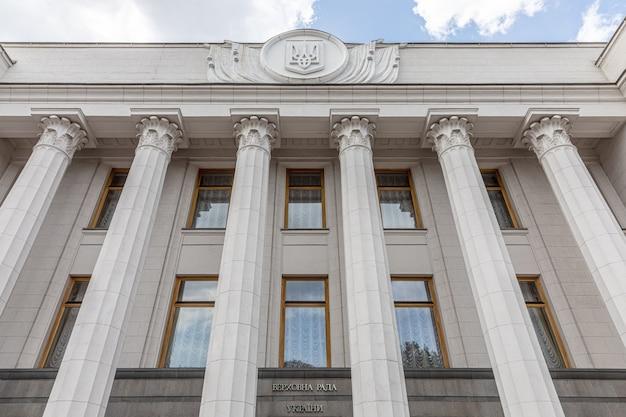 Kijów, ukraina - 16 lipca 2020: budynek parlamentu (rada najwyższa) ukrainy w kijowie