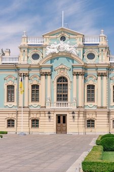 Kijów, ukraina - 20 lipca 2019: pałac maryjski. rezydencja prezydenta ukrainy skrajne zbliżenie