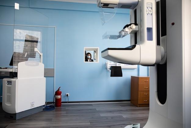 Kijów, ukraina - 20 października 2021 r.: sprzęt dla działu konsultacyjno-diagnostycznego kijowskiego city cancer center. sprzęt do diagnostyki raka piersi fundacji poroszenki