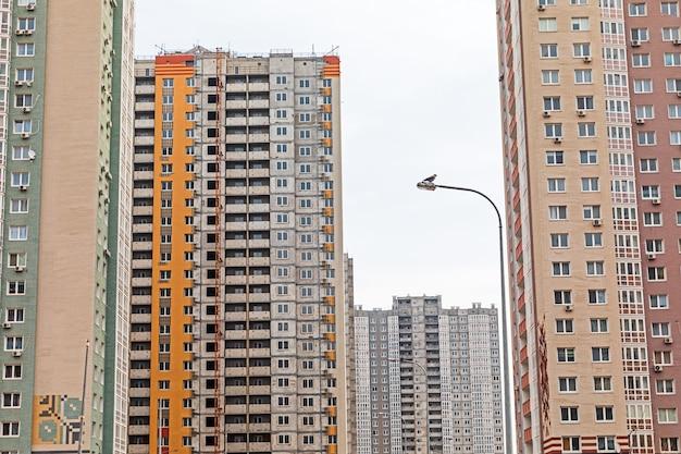 Kijów, ukraina - 24 marca 2020: nowe budynki w dzielnicy mieszkalnej poznyaki w dzielnicy darnitskiy w kijowie na ukrainie