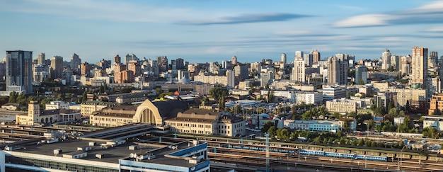 Kijów, ukraina - 25 sierpnia 2021: widok z lotu ptaka na panoramę miasta kijów, śródmieście kijów, stolica ukrainy. dworzec centralny. zdjęcie panoramiczne z widokiem z góry.