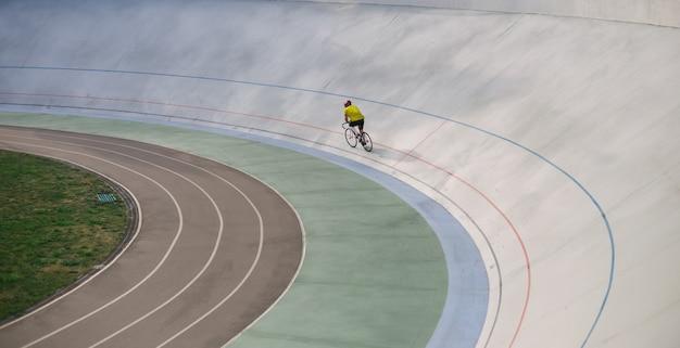 Kijów, ukraina 27.08.2020 - mężczyzna jedzie na rowerze po torze stadionowym