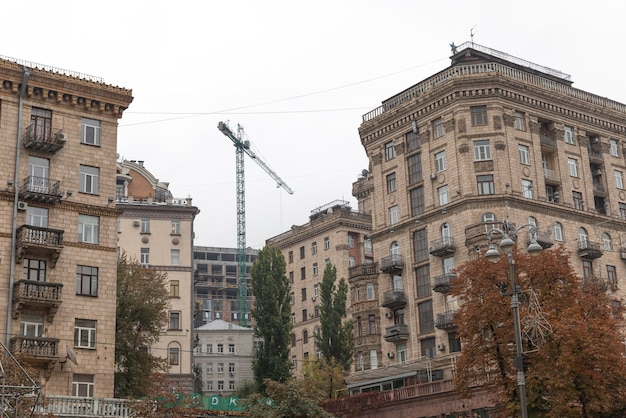 Kijów, ukraina - 27 września 2019: scena uliczna w kijowie, stolicy ukrainy. architektura kijowa. budynki przy ulicy chreszczatyk