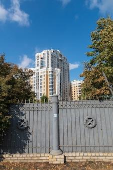 Kijów, ukraina - 29 września 2018: ulice kijowa. stara i nowa architektura kijowa. budynki w centrum historycznego starego miasta w kijowie na ukrainie. kijów architektura tło