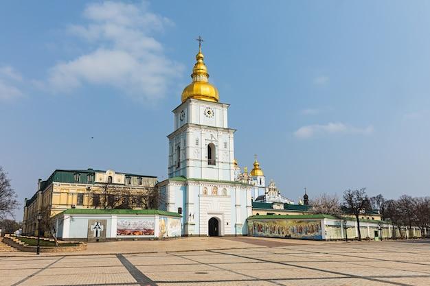 Kijów, ukraina - 30 marca 2020 r.: widok na klasztor św. michała ze złotą kopułą w kijowie
