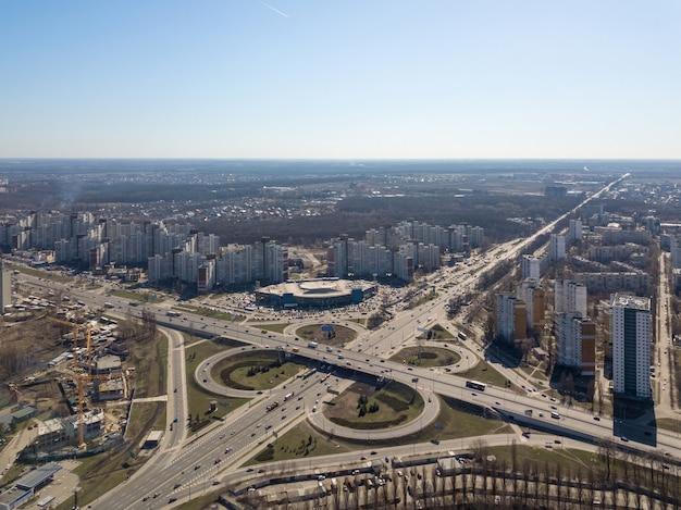 Kijów, ukraina - 7 kwietnia 2018: system jezdni z widokiem z lotu ptaka w kijowie, węzeł odessa, z dużą ilością samochodów w słoneczny dzień. fotografia dronem