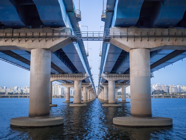Kikut pod mostem na widok rzeki i miasta