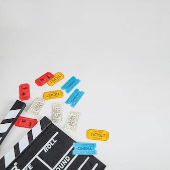 Kilka biletów do kina w pobliżu clapperboard