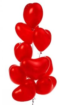Kilka czerwonych balonów w kształcie serca