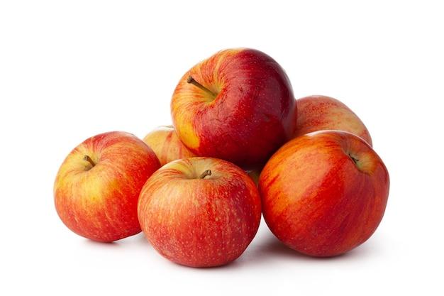 Kilka czerwonych jabłek na białym tle