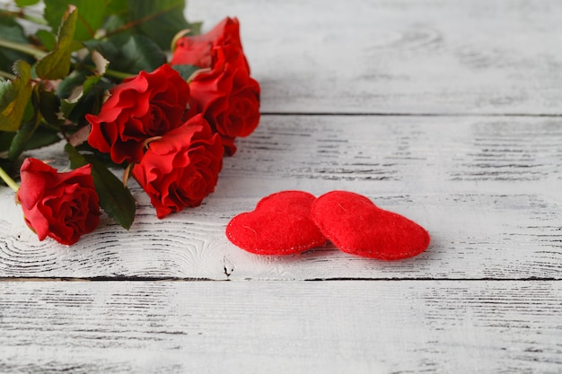 Kilka czerwonych róż na białym stole