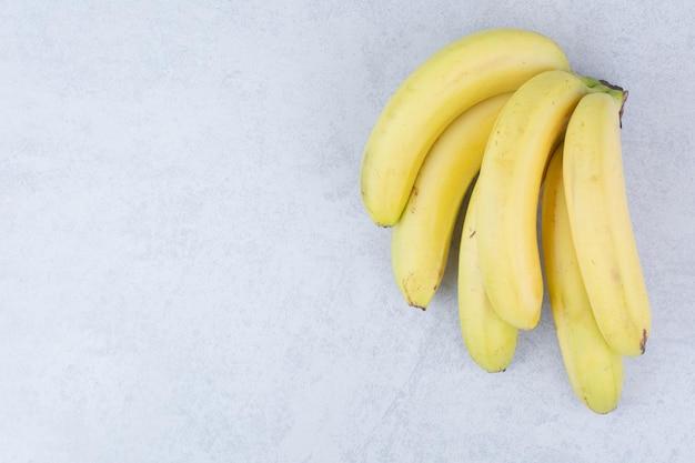 Kilka dojrzałych bananów owocowych na białym tle. zdjęcie wysokiej jakości