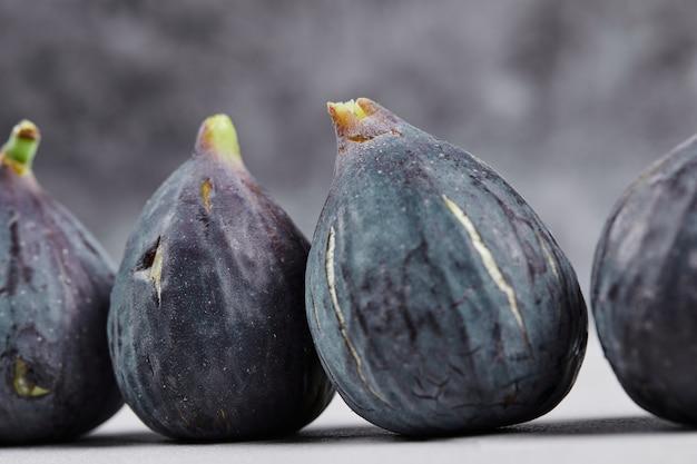Kilka dojrzałych fig na marmurze.
