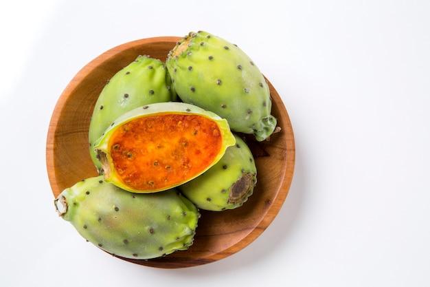 Kilka fig indyjskich w drewnianym garnku na drewnianej powierzchni. świeży owoc.
