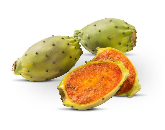Kilka fig z indii w białym na białym tle. świeży owoc.