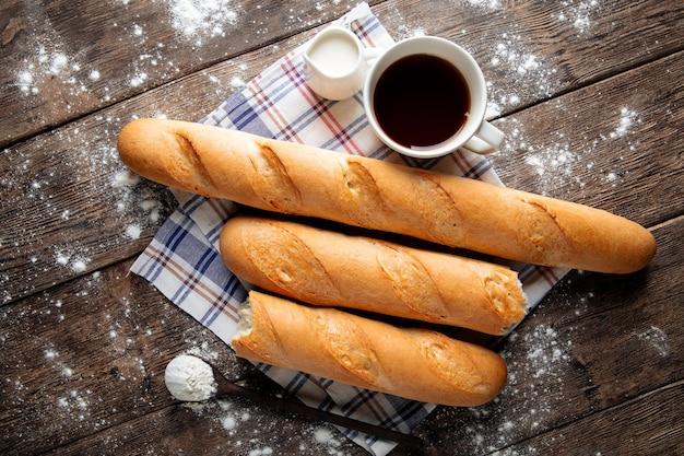 Kilka francuskich bagietek z kawą i mlekiem