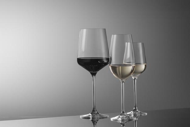 Kilka kieliszków wina na jasnym tle
