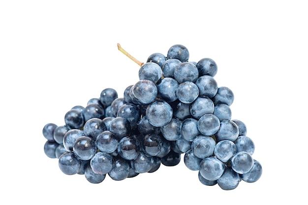 Kilka kiści ciemnoniebieskich winogron na białym tle