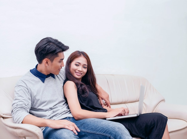 Kilka kobiet i mężczyzn używa laptopów do zamawiania produktów online. i robić plany na ich przyszłość