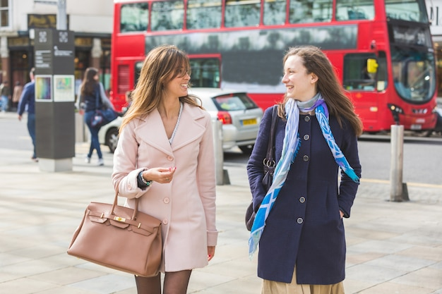 Kilka kobiet idących ulicami londynu