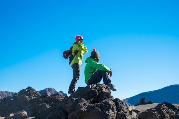Kilka kobiet korzystających z aktywności sportowej na świeżym powietrzu w górach
