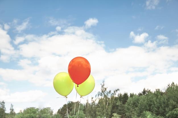 Kilka kolorowych balonów na tle nieba. zdjęcie z miejscem na kopię