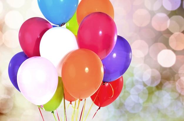 Kilka kolorowych balonów na tle