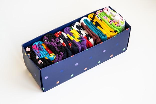 Kilka kolorowych bawełnianych skarpet w rolkach w pudełku