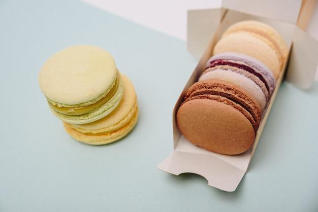Kilka kolorowych ciastek makaronik w pudełku