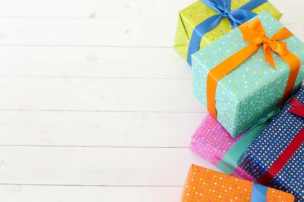 Kilka kolorowych prezentów z kokardą
