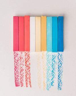 Kilka kwadratowych kolorowych kredowych pastelów i ich pigmentów