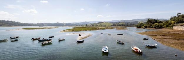 Kilka łodzi w wodzie z czystym niebem