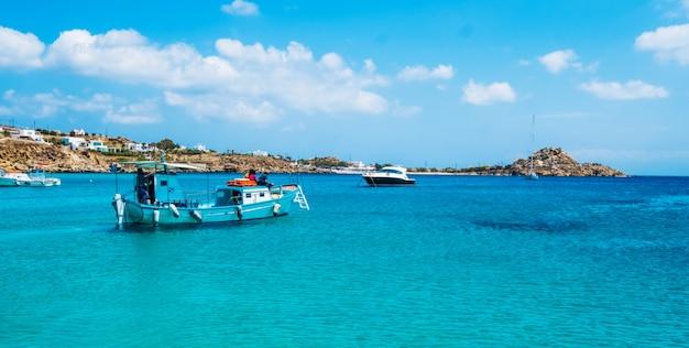 Kilka łodzi w zatoce