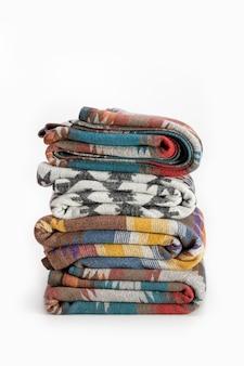 Kilka luksusowych wielokolorowych koców z wełny eleganckie tło tekstylne w stylu pendelton