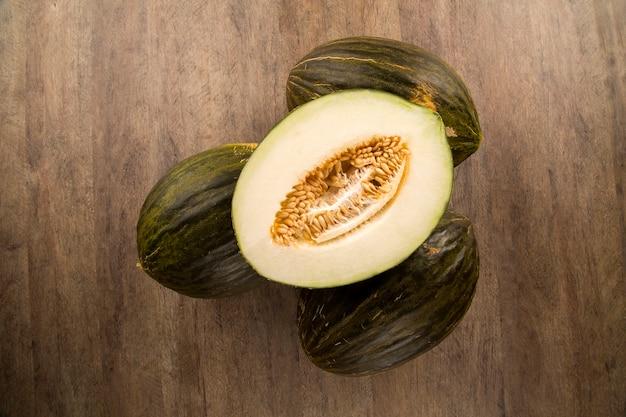 Kilka melonów na drewnianej powierzchni. świeże owoce.