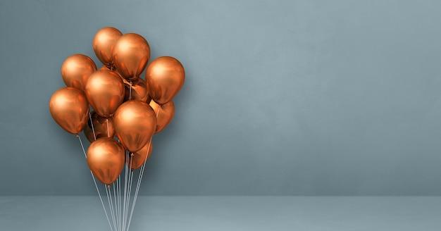 Kilka miedzianych balonów na szarej ścianie