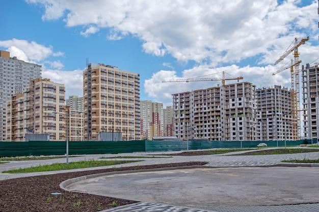 Kilka nowo wybudowanych i niedokończonych wielopiętrowych domów w nowej dzielnicy