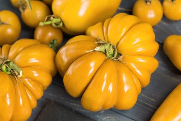 Kilka odmian pomidorów w letni dzień