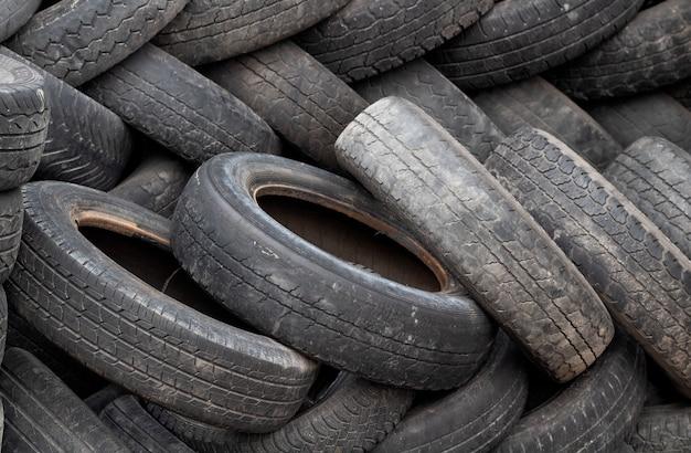 Kilka opon zrzutowych używanych samochodów. zanieczyszczenie środowiska.