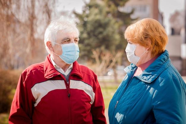 Kilka osób w maskach ochronnych