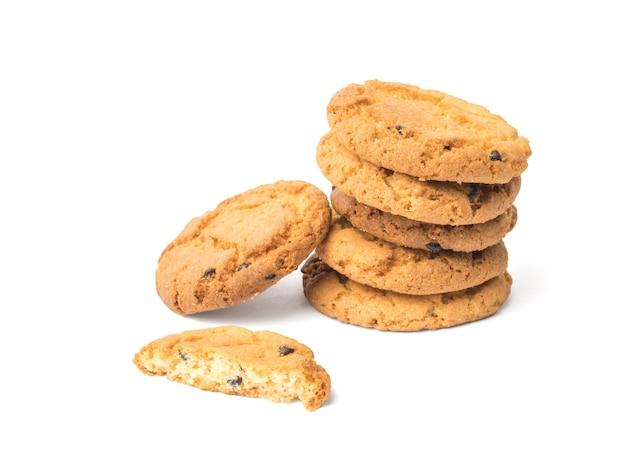 Kilka plików cookie z kawałkami czekolady na białym tle. słodkie ciasta domowej roboty.