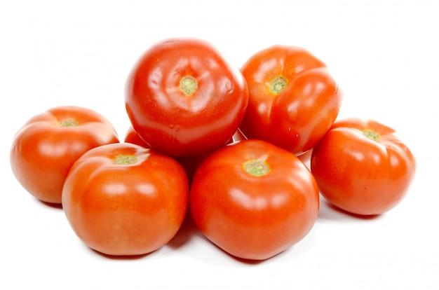 Kilka pomidorów na białym tle