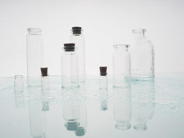 Kilka przezroczystych butelek, spraye wodne