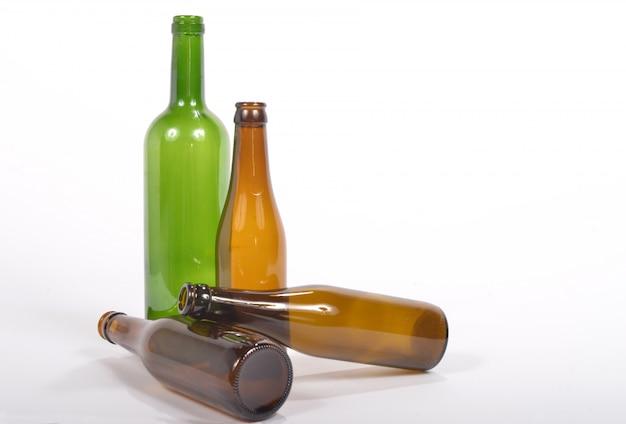 Kilka pustych szklanych butelek